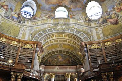 Der Prunksaal der ÖNB wurde 1723 bis 1726 nach Plänen von Johann Bernhard Fischer von Erlach erbaut.