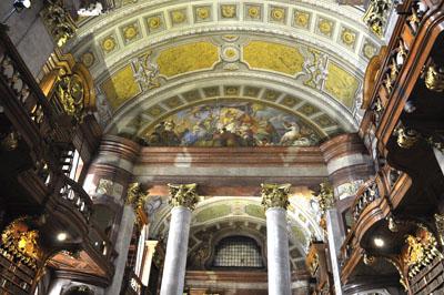 Die Deckenfresken des Prunksaals stammen vom Barockmaler Daniel Gran und wurden 1730 fertiggestellt.