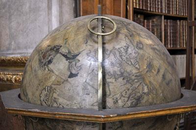 Im Prunksaal stehen auch vier Globen des berühmten italienischen Kartografen Vincenzo Coronelli.