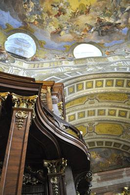 Detailansicht der Deckenfresken von Daniel Gran in der Mittelkuppel des Prunksaals.