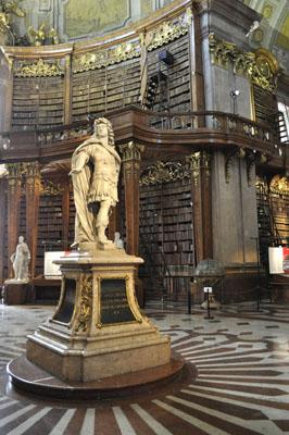 Im Zentrum, unter der ovalen Mittelkuppel Karl VI., der den Bibliotheksbau in Auftrag gegeben hat.