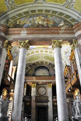 """Der Zugang zum Prunksaal der ÖNB befindet sich auf dem Josefsplatz, man betritt ihn durch den so genannten """"Kriegsflügel""""."""