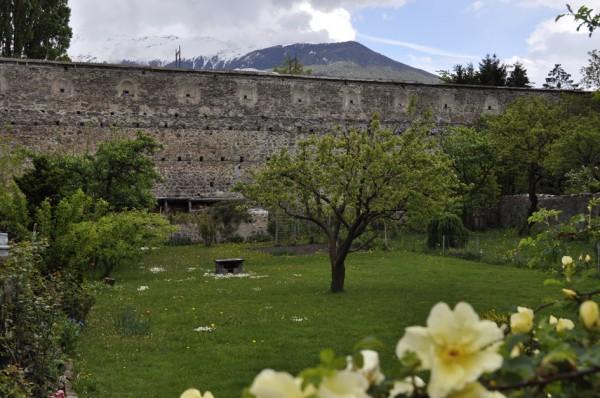 Idyllischer Garten innerhalb der Stadtmauern (© gurschler)