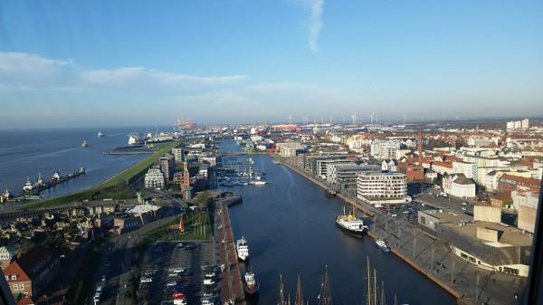 Der Blick von oben gen Norden offenbart die reizvolle Lage Bremerhavens an der Wesermündung. Foto: © Erlebnis Bremerhaven GmbH