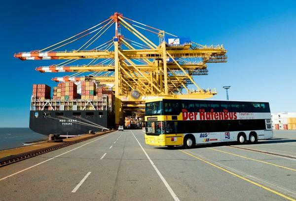 Ganz nah ran an die Weser, die riesigen Kraene und Containerschiffe kommst Du nur mit dem HafenBus. Foto: © Erlebnis Bhv GmbH