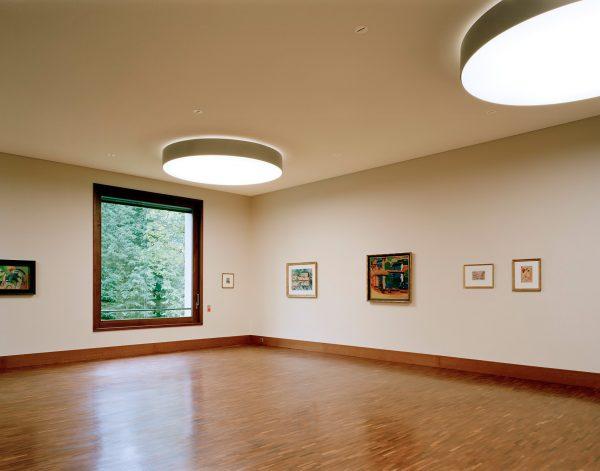Die der Funktion verpflichtete Architektur lenkt den Blick auf die Kunst und den Außenraum. Foto: © Roger Frei