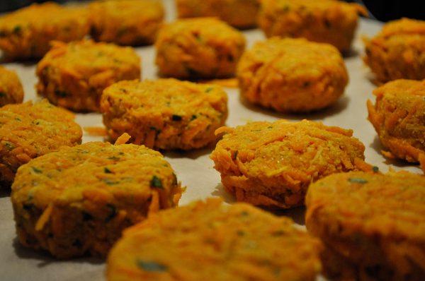 Karotten-Kokos-Laibchen bereit für die Pfanne